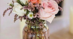 Schlichte Blumendekoration für die Hochzeit mit Glasvase
