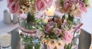 Tischdeko Hochzeit – Florales Mittelstück mit süßen Lawinenrosen, weißen Freesien, weißem Lisianthus