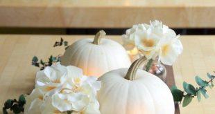 Zeitgenössische Herbstaufsatz-Idee mit weißen Kürbissen #herbstaufsatz #Herb...